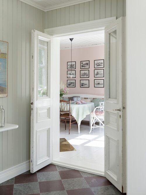"""Dubbeldörren som sitter mellan hallen och matrummet tror paret kan vara husets ursprungliga ytterdörrar. """"Vi är så glada för att de gamla dörrarna finns kvar."""""""