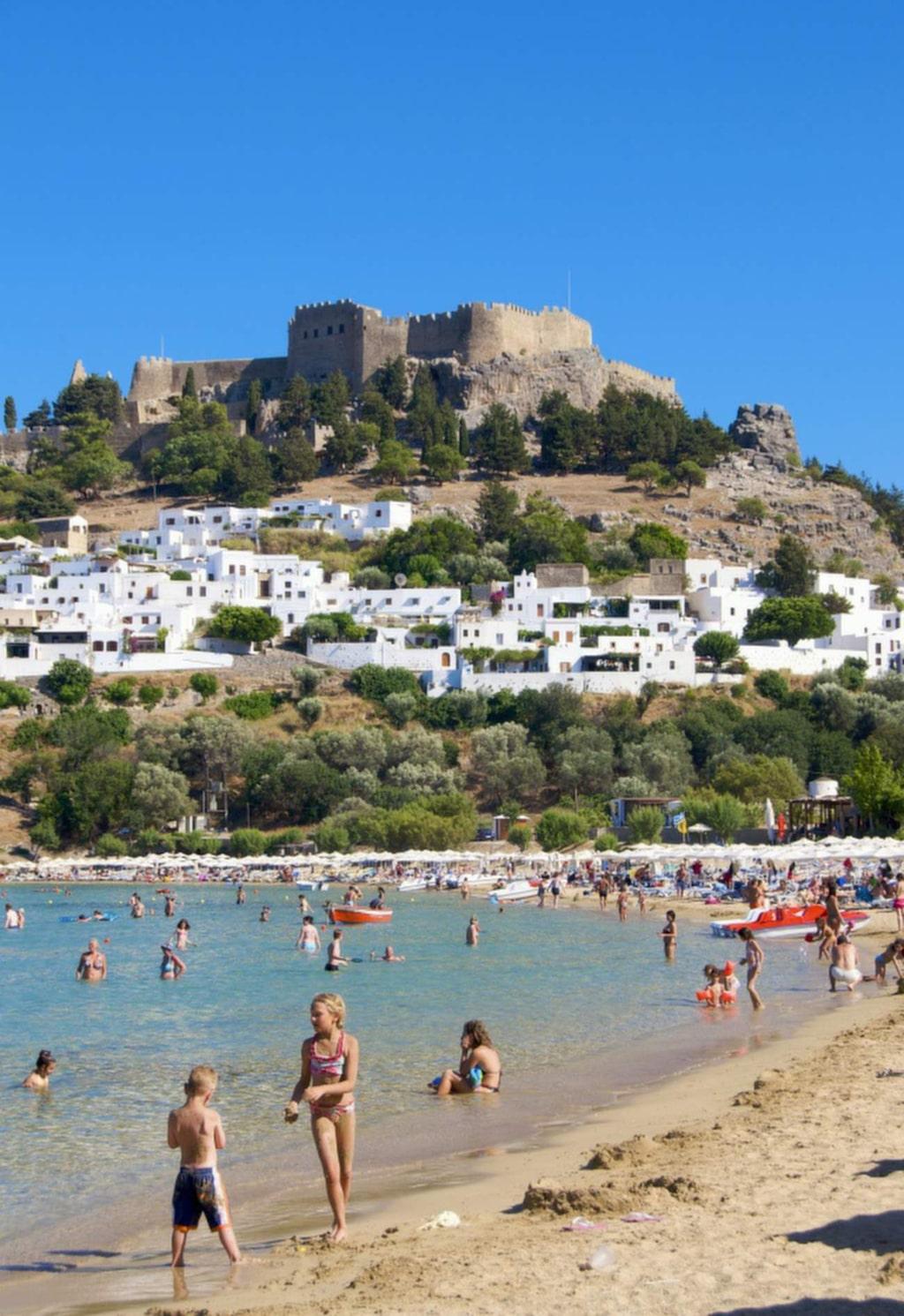 Lindos är en pittoresk by med vita hus som klänger ned för berget under Akropolis-borgens fina panorama.