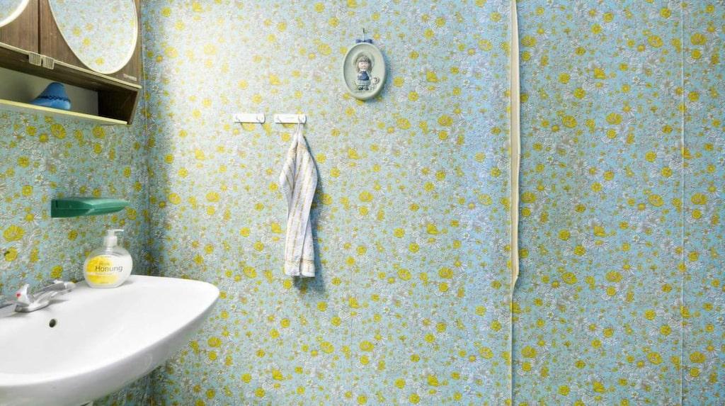 Badrummet är gjort på tidigt 90-tal och har en duschkabin. Toaletten är separat.
