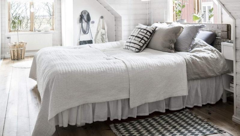 <p>Rogivande sovrum. Egensnickrad sänggavel av gamla plankor. Gaveln ger en skön känsla i rummet. Under snedtaket finns praktiska platsbyggda garderober.</p>