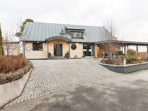 Huset i Saltsjö-Duvnäs har en fin utsikt över vattnet.