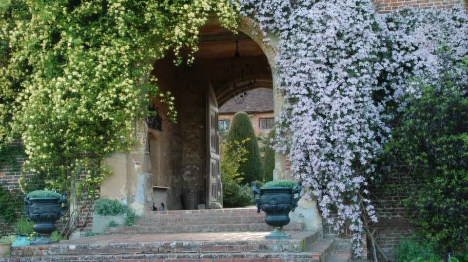 Sissinghurst Castle Garden är känd för sina vita blommor.