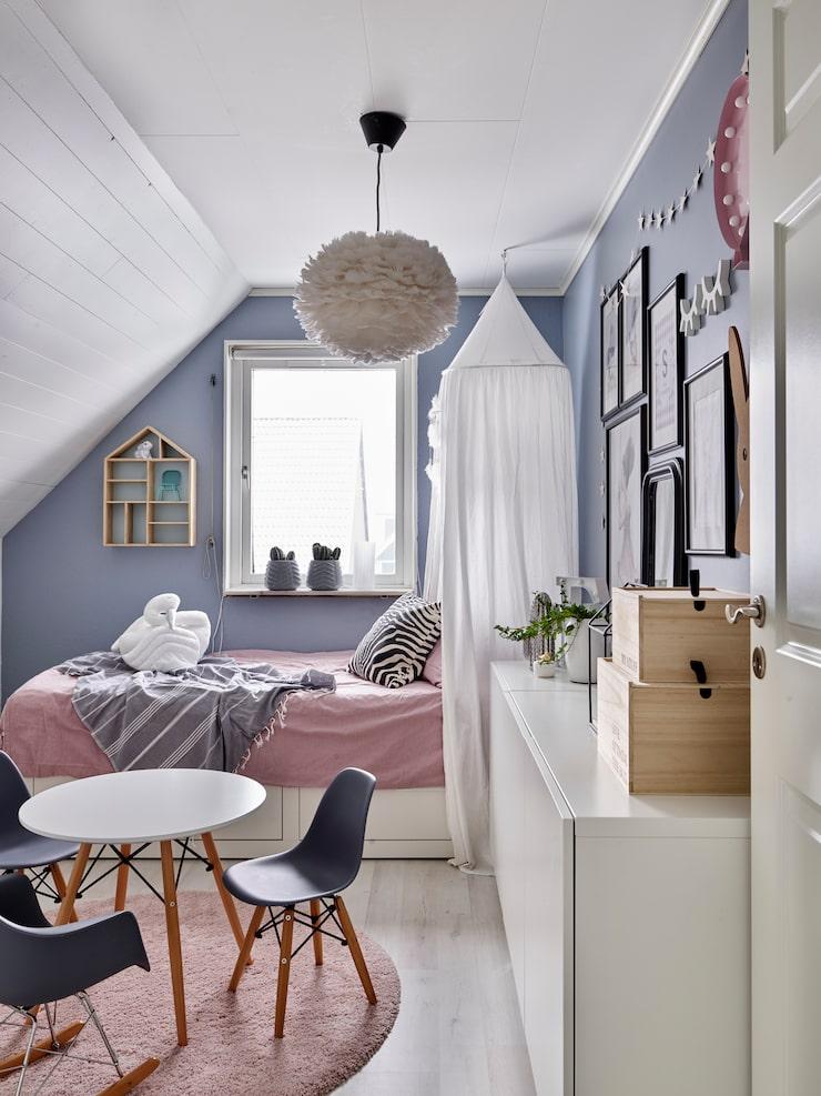 Ellies rum är en riktig flickdröm med plats för lek och pyssel. Bord, stolar och sänghimmel, Alice & Fox. Fjäderlampa Eos, Vita. Matta och säng, Ikea. Sängkläder, Mio. Skåp, Ikea. Detaljer, bland annat från Jollyroom.