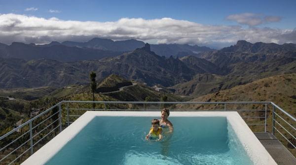 Bada och kolla på den fantastiska utsikten från Parador de Cruz de Tejeda.