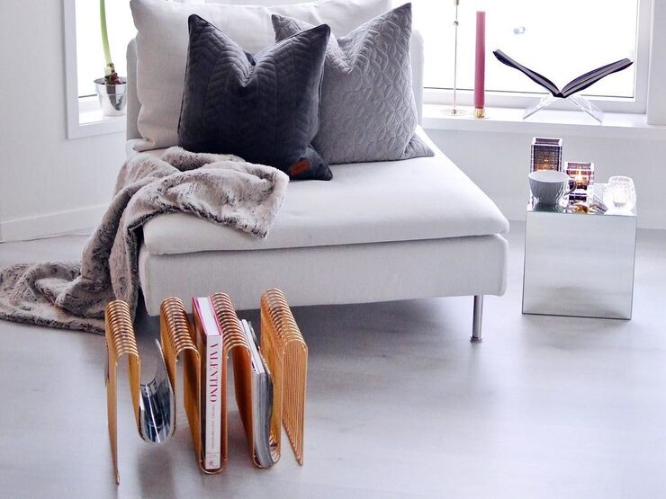 I vardagsrummet har paret precis bytt ut den gamla orangegula parketten till ett golv i en kall, grå ton.