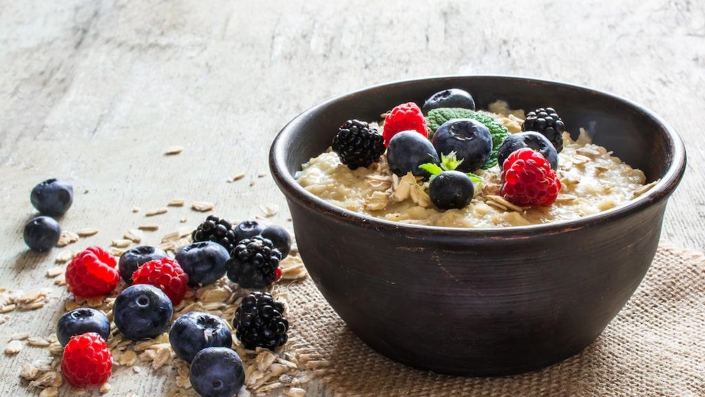 Det är inte mycket som slår en skål havregrynsgröt på morgonen. Kolla in Fredrik Paulúns lista för fler smarta frukosttips.