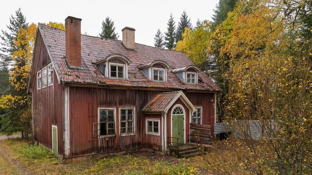 Det syns att det här huset en gång i tiden varit riktigt vackert. Huset byggdes 1922 och var då skola i Laxsjön utanför Ludvika. Nu står det öde och förfallet.