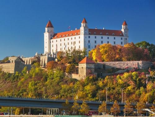 Bratislavas slott ligger högt på en kulle och blickar ut över Donau.