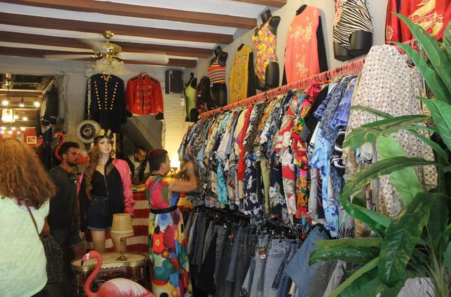 Gågatan Carrer de Reina Baixa är stans ledande när det gäller vintage- och secondhandkläder.