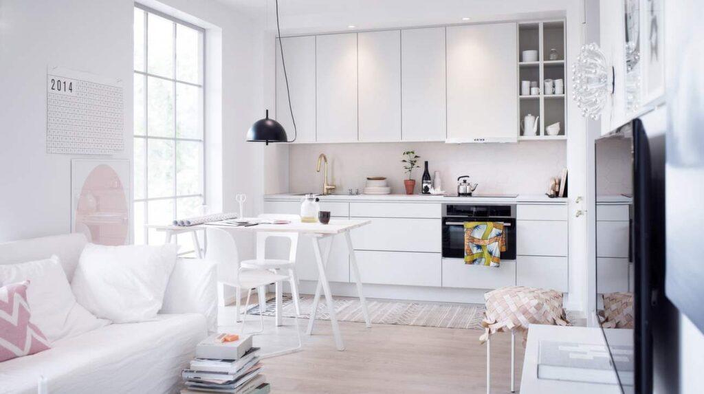 <p>Maxat i vitt. I det kompakta köket Maja från Vedum går väggskåpen upp till tak, ett effektivt sätt att utnyttja alla utrymmen. Luckan finns i fem olika höjder.</p>