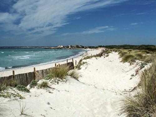 Två kilometer vit sandstrand.