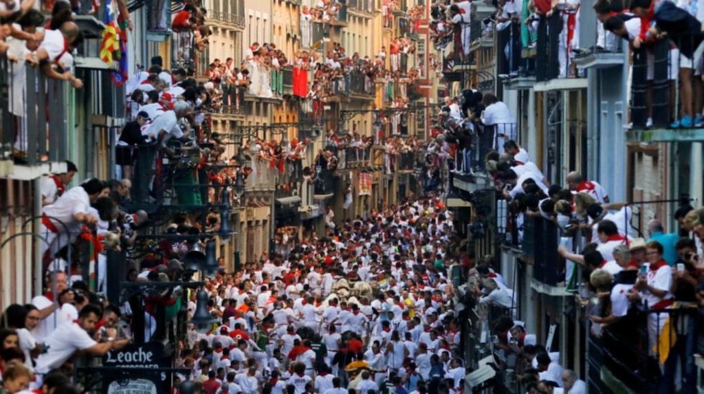 <p>Tjurrusningen i Pamplona lockar tusentals varje år.</p>