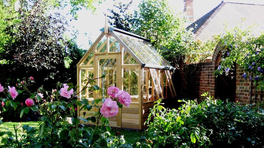 Rosemoor från Vansta Trädgård är ett charmigt litet växthus i cederträ som passar fint i den lilla trädgården, varför inte i köksträdgården.