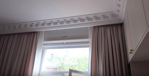 """""""Även här har vi så snygg stuckatur med gardinerna som ligger bakom. Så ska det även komma belysning bakom stuckaturen som lyser ner på gardinerna. Precis som på hotell."""""""