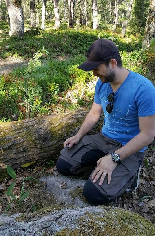 Alex letar svamp i skogen.