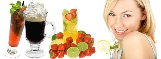 Från vänster: en sommardrink med mosade bär, vit sangria med bland annat jordgubbar och en Irish coffee.