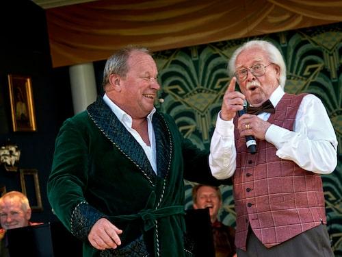 """Claes Malmberg med Jan Malmsjö i """"Den fantastiska resan till The good old days"""" som spelades på Jonsered Sommarteater i Göteborg 2018."""