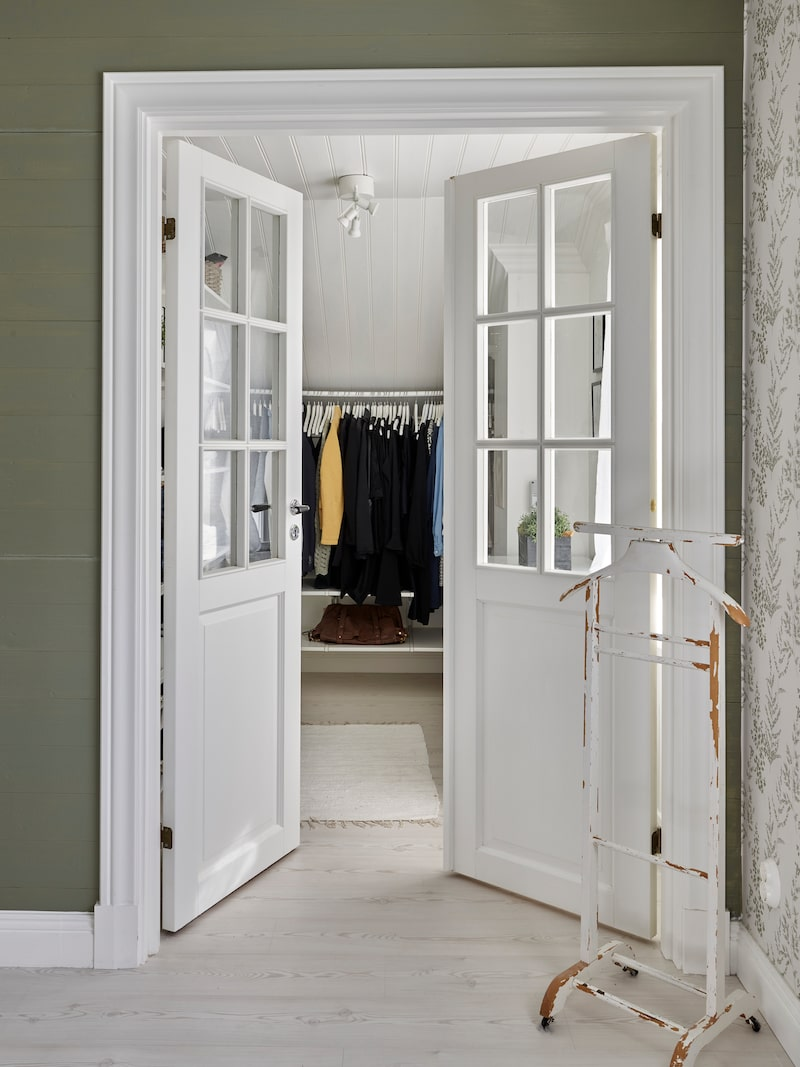 Pardörrarna som leder in till parets walk in closet satt tidigare på en annan plats i huset, men flyttades när planlösningen ändrades om.