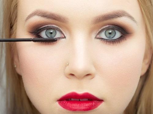Vill du få längre ögonfransar som håller sig böjda hela dagen? Grunda med en setting spray.