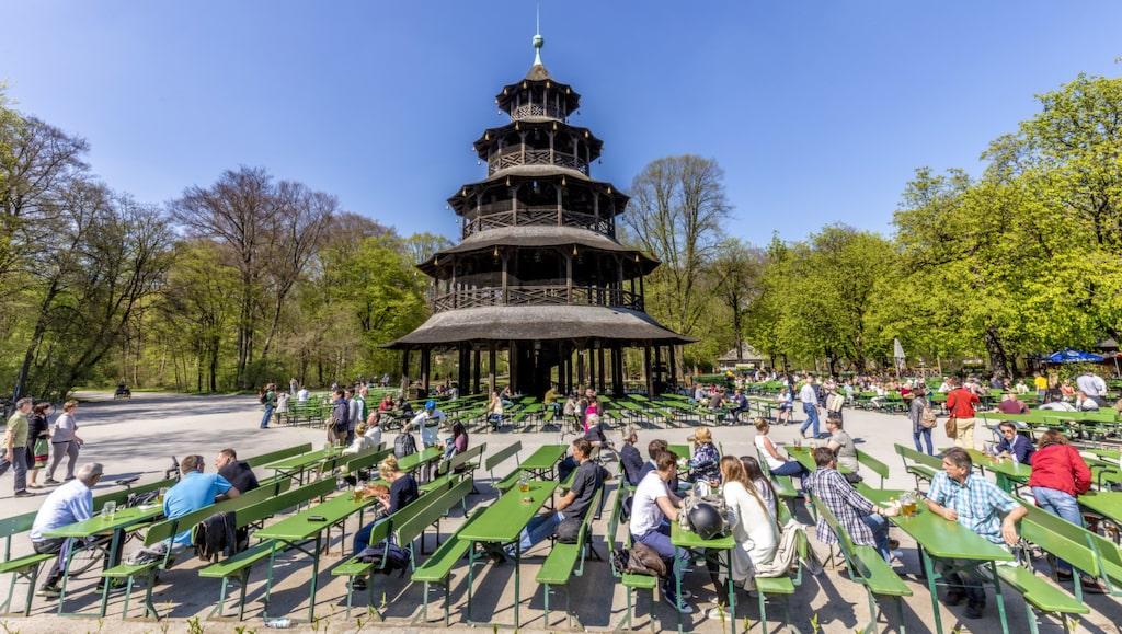 Mitt i Münchens gigantiska park Englisher Garten ligger Biergarten am Chinaturm.