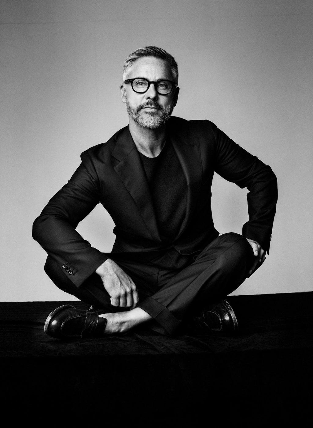 Johan Hellström är frisör och delägare på Björn Axén. Här delar hårproffset med sig av sina bästa tips för friskt hår i sommar.