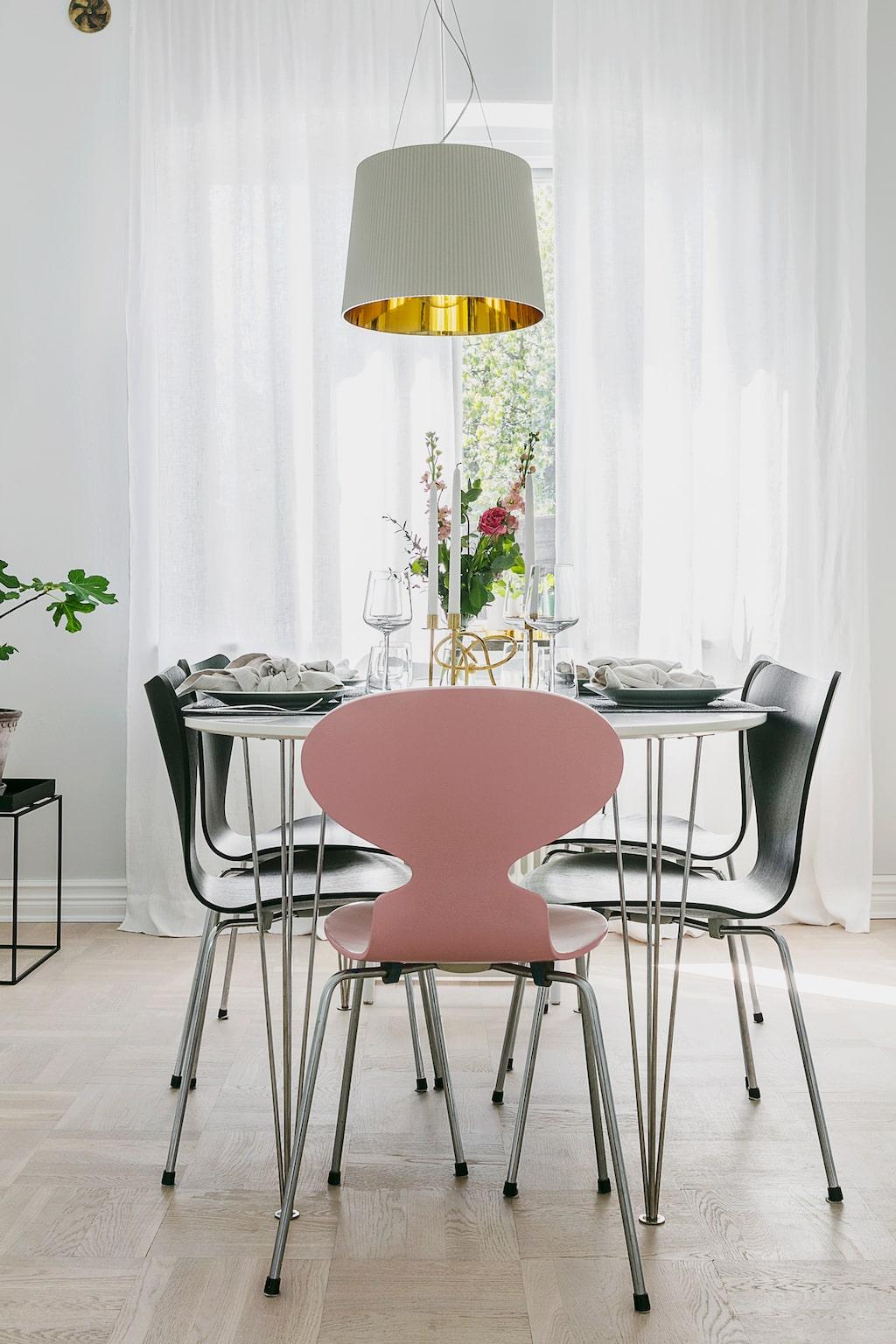 Matsalen intill det lilla köket är ljus och välkomnar ofta gäster. Matbordet kommer från Mio. Stolarna är Fritz Hansens Sjuan och Myran. Taklampa från Kartell.