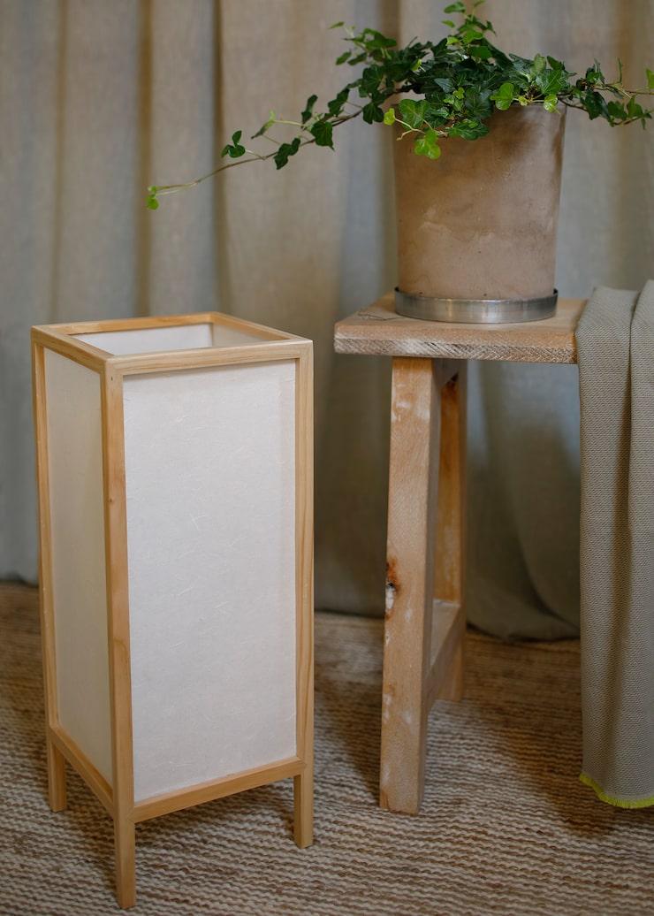 Lampa av trä/ripspapper, 549 kr, kruka Betong 129 kr, zinkfat, 59 kr, allt Granit. Pläd, design Fumi Hotta, 1400 kr, Crooked Concept.