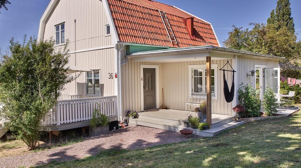 Hanna och Joachim har skapat sitt drömhus i den gamla 30-talsvillan som ligger ett stenkast från Gränna centrum.