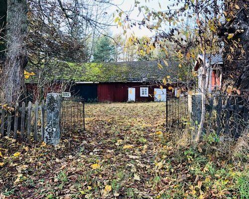 På tomten står en gammal ladugårdsbyggnad och ett brygghus med tjocka gråstensväggar.