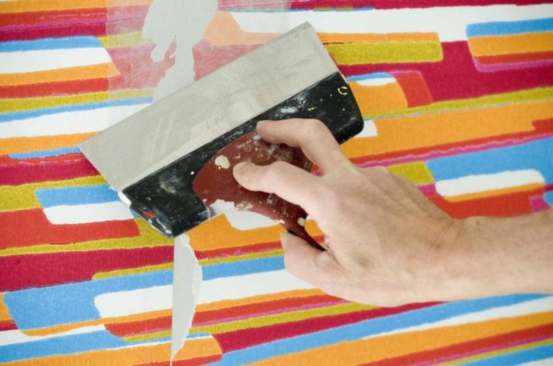 Spackla skarvar, rekommenderas ej på tapet med struktur eftersom det då blir en blandning av släta partier och mönstrade partier. Lägg på ett tunt lager spackel, det skall endast fylla ut skarvar och håligheter. Dra bort överflödet med en stålspackel.