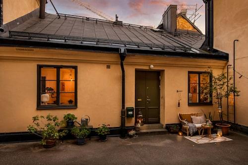 Det före detta stallet från 1600-talet ligger på Södermalm, i Mariagränd.