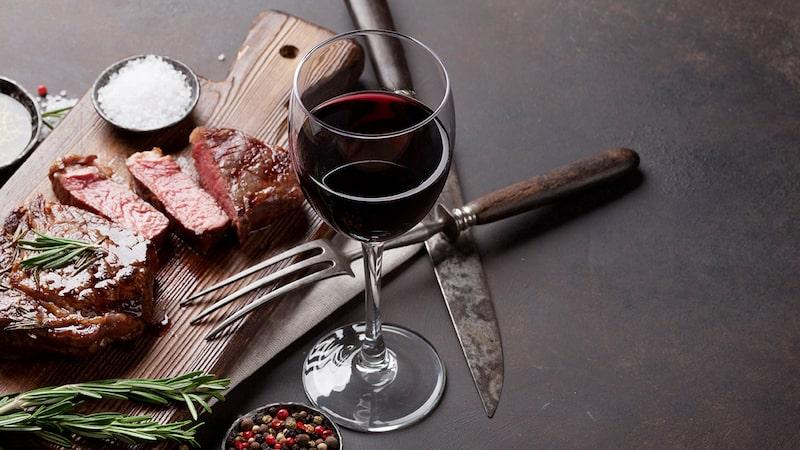 Italienska röda viner bjuder på både karaktär och värme, enligt Allt om Vins expert.