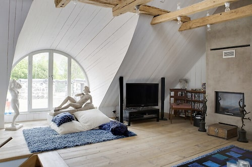 TV-profilens hem är ljust, luftigt och inrett med konst.