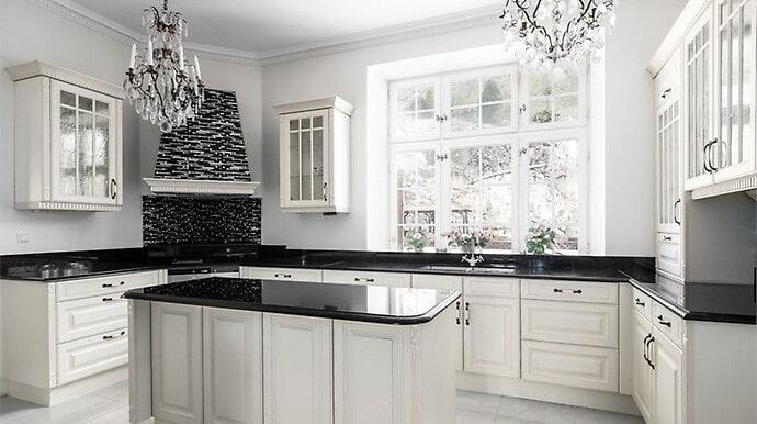 Kristallkronor finns även i köket.