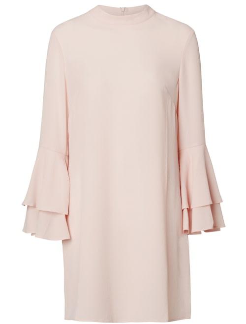 Klänning av polyester och lycra med fin volang vid ärmslut. 499 kr, Indiska.
