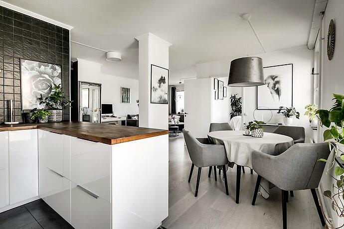 Lägenheten på 61 kvadratmeter går i gråa nyanser.