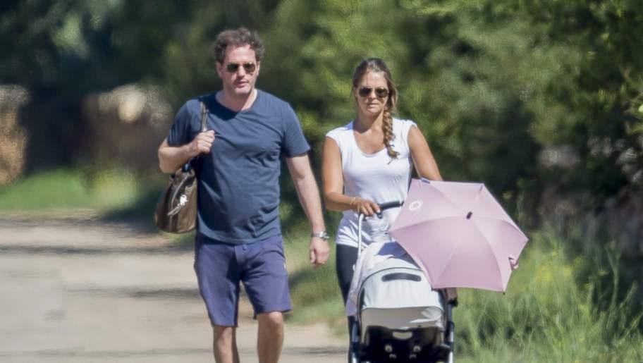 Promenerar. Madde och Chris på promenad med prinsessan Leonore.