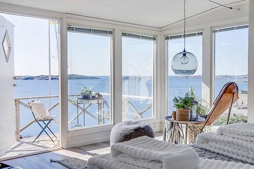 Minihuset på Klädesholmen har stora fönsterpartier som skänker ljus och havsutsikt till allrummet.