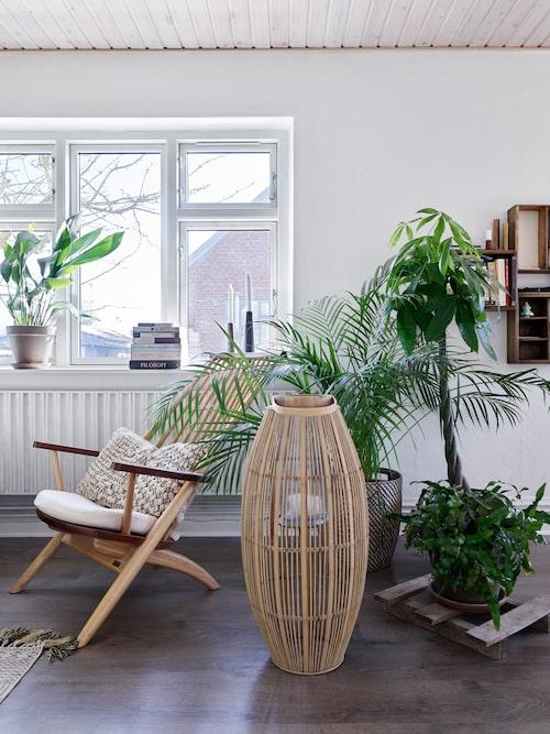 Fies och Jonas hem är inrett i en stil som kan kallas både industriell och etniskt bohemisk. Stor lykta i bambu från Broste Copenhagen. Stolen kommer från Tateishi Shoiji.