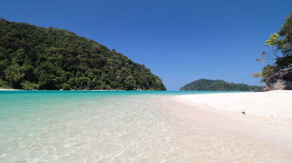 Surin beach med sin vita sand och lyxiga hotell är en av de lugnare stränderna på Phuket.