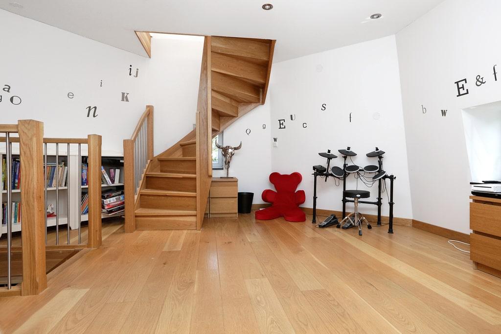 Fint plankgolv av ek som även fortsätter på de resterande våningsplanen i möllan.