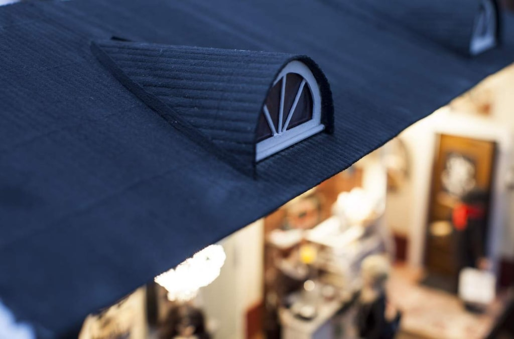 Taket är gjort av en bordstablett Lotta köpt på loppis och målat svart.