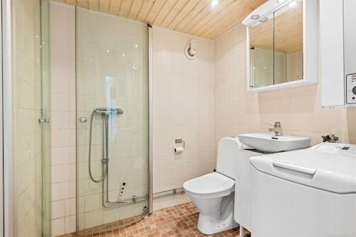 Badrummet är fräscht med både kakel och värmegolv.