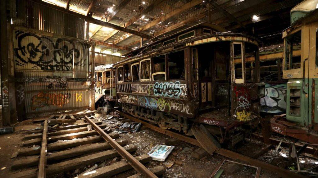 <p>Här står en gammal övergiven spårvagn i Sydneys vagngarage. Spårvagnar var en viktig del av livet där med som mest 1.600 vagnar i tjänsten. Garaget stängdes 1961.</p>