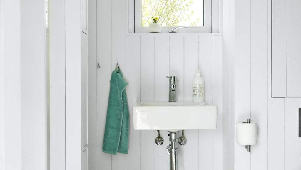 I huset ingår även ett badrum med tvättställ, toalett och dusch. Korg, 135 kronor, Afroart. Tvål, 59 kronor, Lagerhaus. Handduk, 29 kronor, Ikea.