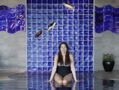 Heidi framför glasfiskar av Kjell Engman