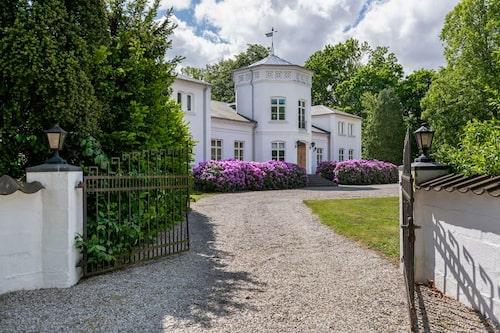 Kulltorps gård som herrgården heter, har både en spännande historia och intressant arkitektur.