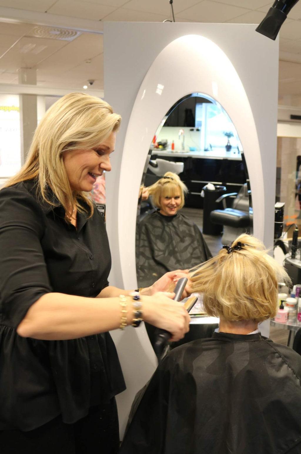 <p>Camilla Karlsson på Hår &amp; Häpna friserar Moniqa Börjesgård från Ingelsta som tar en paus i shoppingen.</p>