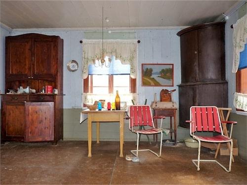 Alla möbler och slitna prylar ingick i köpet.