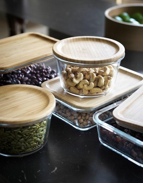 Ikea 365 + matlåda med lock i glas och bambu.Locket kan även användas som underlägg och tål temperaturer upp till 100°C.Burken är gjord av ugnsfast glas och kan användas som en ugns-/serveringsform.